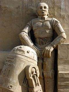 R2 and C3PO sand sculpture, part of a SciFi and Fantasy-themed gallery of sand sculptures at http://unrealitymag.com/index.php/2010/07/30/fantasy-and-science-fiction-sand-sculptures/
