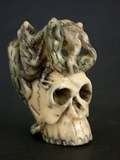 Japanese ivory colored bone netsuke - FROG & SNAKE Struggle on Deadly Skull,sig