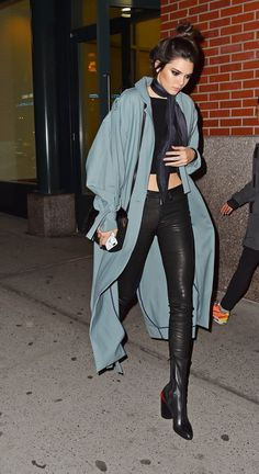 Outfits and Looks, Ideas & Inspiration Kendall Jenner -- A blue duster coat softens an all black look and looks super chic paired with a skinny scarf. Zara Fashion, Look Fashion, Fashion Models, Autumn Fashion, Celebrity Outfits, Celebrity Look, Kendall Jenner Outfits, Kylie Jenner, Mode Outfits