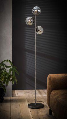 Smuk og unik gulvlampe med glaslamper og metalstel