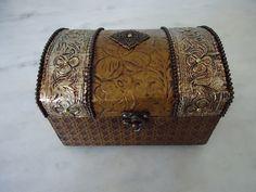 Bau pequeno com textura dourada e latonagem envelhecida . www.elo7.com.br/esterartes