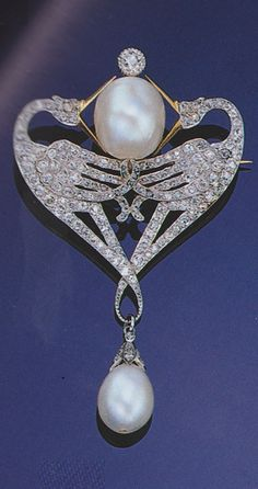 An exquisite Belle Epoque pearl and diamond brooch, circa 1900. Designed as a pair of confronted cranes. Source: Sotheby's, Art Nouveau Jewellery and Jewels from the Belle Epoque 1890-1914, London, 18 June, 1998. #BelleEpoque #brooch
