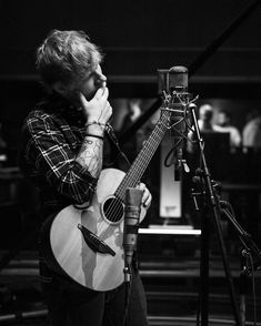 "Ed Sheeran Sings Beautiful Cover Of ""Can't Help Falling In Love"" Taylor Swift Hair, Taylor Swift Facts, Ed Sheeran Memes, I See Fire, Red Taylor, Cant Help Falling In Love, Red Tour, Famous Singers, Beautiful Cover"