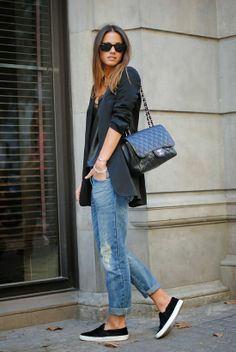 Do you really borrow a pair of jeans from your boyfriend when you talk about boyfriend jeans? Boyfriend jeans are one of the flare pants for women. Blazer Jeans, Look Blazer, Jeans And Sneakers, Zara Blazer, Cuffed Jeans, Black Loafers, Blazer Dress, Black Slip On Sneakers Outfit, Sneakers Fashion