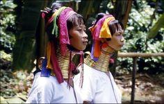 Karen-Padaung-Hill-tribu-Chiang-Mai-Province  Les Karens ou Karènes1 sont un groupe ethnique tibéto-birman de 4 à 5 millions de personnes, dont 10 % environ vivent en Thaïlande et 90 % en Birmanie. Dans ce dernier pays, ils constituent en nombre la deuxième minorité ethnique après les Shan. La junte militaire birmane a été en conflit depuis 1948 avec la guérilla karen, qui l'a accusé de nettoyage ethnique