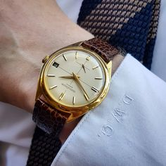 Really thin and early automatic by Jaeger-LeCoultre, executed in 18k gold. Cool feature: the date-wheel with black background and white writing for even numbers and other way around for uneven number....