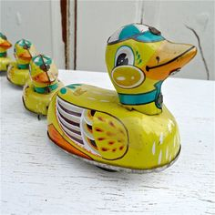 *VINTAGE DUCK's ~ In A Row Metal Wind up Toy.