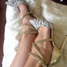Guess shoes Super cute guess shoes! Only worn ones! No damage or scratches. Guess Shoes Heels