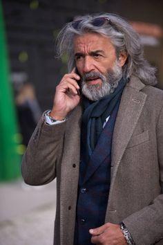 """sprezzaturaeleganza: """"Pitti Uomo 91 Photo by Simona Bertolotto """" Older Mens Fashion, Old Man Fashion, Silver Foxes Men, Older Mens Hairstyles, Men's Hairstyles, Long Hair Beard, Old Man Long Hair, Moda Formal, Moda Outfits"""