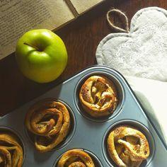 Rose integrali alle mele |  1 teglia per muffins 2 mele 2 rotoli di pasta sfoglia integrale zucchero di canna