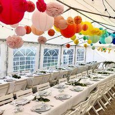 Un décor arc-en-ciel pour un mariage ultra joyeux à découvrir sur notre blog || We are suckers for rainbow themed weddings... #souslelampion #lanternes #lampions #decomariage #mariage2020  #ideesmariage #bridetobe #fiancee #paperlanterns #weddingdecor #frenchwedding #weddingmarquee #rainbowpalette We, Guide, Table Decorations, Blog, Furniture, Home Decor, Paper Lanterns, Knots, Decoration Home