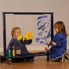 Perfect for indoor and alfresco painting activities, this robust easel enables children to have fun and inspire each other's creativity.