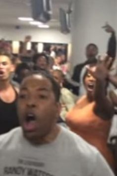 Watch 'Lion King' And 'Aladdin' Broadway Casts Have Epic Sing-Off During Flight Delay