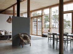 Huset ligger vid havets kant på Furillen på Gotland.