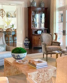 A Georgia Classic Southern Interiors Maggie Griffin, owner of Maggie Griffin Designs, runs a full service interior design firm in Gain… – interior Dining Room Colour Schemes, Dining Room Colors, Dining Room Design, Maggie Griffin, Classic Living Room, Inviting Home, Georgia, Southern Style, Design Firms