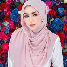 Photoshoot Model Makeup by Photographer by Hijabi Girl, Girl Hijab, Hijab Outfit, Muslim Girls, Muslim Women, Muslim Fashion, Hijab Fashion, Hijab Makeup, Moslem