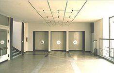 File:Bauhause Dessau vestibulo.jpg