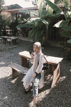 Casual Hijab Outfit, Ootd Hijab, Muslim Beauty, Hijab Fashion Inspiration, Fashion Photography Poses, Classy Aesthetic, Ciri, Cute Girl Poses, Muslim Girls