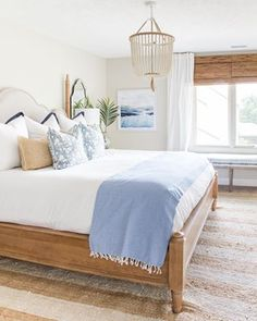 Summer guest bedroom updates with blue and white decor and natural wood tones. Summer guest bedroom updates with blue and white decor and natural wood tones. Love the white bead chandelier paired with the beachy watercolor artwork. Coastal Bedrooms, Guest Bedrooms, Guest Room, Coastal Master Bedroom, Summer Bedroom, Beach House Bedroom, Apartment Decoration, Home Modern, Decoration Design