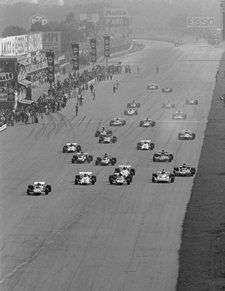 The start and Clay Regazzoni (Ferrari gets the jump on the pack, 1971 Italian Grand Prix, Monza Automobile, Italian Grand Prix, Gilles Villeneuve, Racing Motorcycles, F1 Racing, Car And Driver, F 1, Vintage Racing, Sport