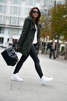 Black outfit + white sneakers Parka Outfit, Lederhosen Outfit, Outfit Jeans, Outfits For Teens, Casual Outfits, Fashion Outfits, School Outfits, Fashion Styles, Grunge Outfits