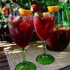 Klassische Spanische Sangria Zutaten Portionen: 6 1 Zitrone 1 Limette 1 Orange 350 ml Rum 100 g Zucker 1 Flasche (750 ml) Rotwein 250 ml Orangensaft Obst nach Wahl, kleingeschnitten