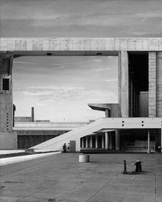 Beates Gutschow, sh#10 (2005).  On nous fait croire que c'est possible d'être dans un paysage comme celui-ci. Chacune des morceau des bâtiments existe mais c'est un assemblage.