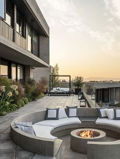 Best Photos Fireplace Outdoor patio Suggestions Choose a fire style of which matches scale with how big the the property and also home. I generally browse a structure a Dream Home Design, Modern House Design, Outdoor Fireplace Designs, Fireplace Outdoor, Fireplace Mirror, White Fireplace, Cozy Fireplace, Fireplace Ideas, Fire Pit Seating