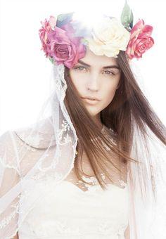 Una novia con corona de flores