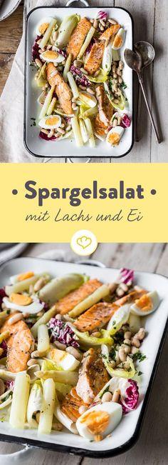 Lass den Schinken weg und versuch mal etwas Neues: Iss deinen Spargel als Salat mit frischem Lachs, gekochtem Ei, knackigem Chicoree und Radicchio.
