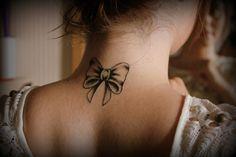 tatouage nuque femme - ruban délicat pour les filles romantiques