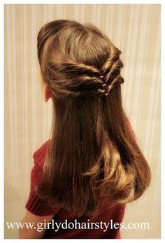 Peinado para niña con torcido triple. Puedes adornar al final con moño o flor Marimora. http://marimora.com/flores.html?base=101