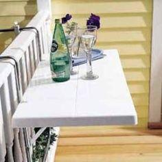 Einhängmöbel als Ablage, die den Raum unterhalb freilässt, z.B. für Pflanzen. Oder Sitzpölster.