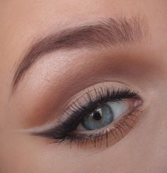 natural makeup with cat eye//