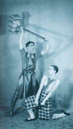 Balé O Passo de Aço [Le Pas d'Acier] (1927), música de Sergey Prokofiev, coreografia de Léonid Massine, cenários e figurinos de Georgy Bogdanovich Yaculov e Prokofiev. Ballets Russes, da Companhia Teatral S. P. Diaghilev (Paris, 1909-1929).