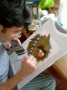 Y comienza mi sobrino la pintura de camisetas y termina pintando toda la familia. Esta idea es buena para cuando se te manche alguna y no salga, píntala y reutilízala