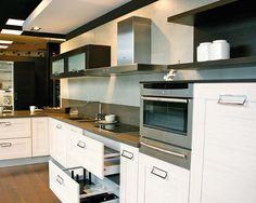 Cocina con muebles de madera en tonos claros.
