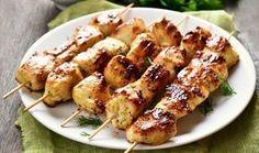 Λαχταριστά σουβλάκια κοτόπουλου μαριναρισμένα σε πορτοκάλι, μέλι και μουστάρδα για περισσότερη γεύση. Συνοδεύστε τα με πιτούλες και γιαούρτι, φτιάξτε και μια ωραία σαλάτα και απολαύστε τα!