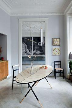 Pietro Russo assina a mesa Piuma da sala de jantar, assim como o pendente Scintilla, da Dante – já as cadeiras Superleggera são de Gio Ponti...