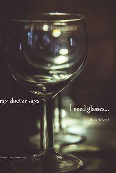 """My doctor says I need glasses. La frase tradotta in italiano perde tutto il significato: la traduzione è """"il mio dottore dice che ho bisogno di occhiali""""."""