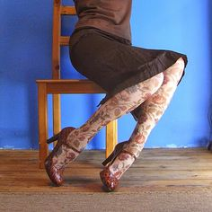 """""""принт + монохром"""".  Здесь колготки - единственная вещь с рисунком, вся остальная одежда подбирается так, чтобы не мешать ногам солировать, это может быть и один цвет, или же разные оттенки одного цвета (у меня тут вариации коричневого), главное, чтобы ноги не слишком выбивались из общего хора, поэтому цвет монохрома проще всего подобрать в тон темных элементов рисунка колготок. Верхняя одежда в идеале будет происходить из той же цветовой семьи, что и всё остальное монохромное на мне…"""