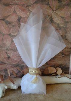 Μπομπονιέρα γάμου με φουντίτσα. Περιλαμβάνει: 5 κουφέτα αμυγδάλου Χατζηγιαννάκη Κορδέλα λινάτσας 25χλ Δαντέλα βαμβακερή εκρού 1 εκ. Πέρλα εκρού και φουντίτσα 3εκ. Τούλι λευκό 45χ50 εκ #γάμος #νύφη #εκκλησία #bride #wedding #μπομπονιερες #μπομπονιεραγαμου #μπομπονιέρες #μπομπονιέρα #μπομπονιερεσ #μπομπονιερεςγαμου #μπομπονιερα #τούλι #μπομπονιερες_γαμου #mpomponieres_vintage #mpomponieresgamou #mpomponiera #mpomponieragamou #mpomponieres #mpomponieresgamou#wedding Vintage, Home Decor, Decoration Home, Room Decor, Vintage Comics, Home Interior Design, Home Decoration, Interior Design