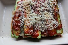 LOW-CARB ZUCCHINI LASAGNA - This pasta-free lasagna is packed with vegetables and protein. Besides being mouthwatering, it makes for the perfect packed lunch, and can be done with just 5 ingredients.