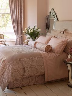 Luxus Schlafzimmer in hellen Nuancen Altrosa und schöner Bettwäsche