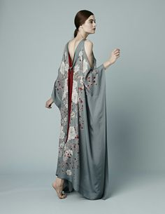 Shop our beautiful women's printed open shoulder silk kaftan. Fashion Week, Look Fashion, High Fashion, Womens Fashion, Fashion Design, Mode Kimono, Kimono Top, Silk Kaftan, Haute Couture Style
