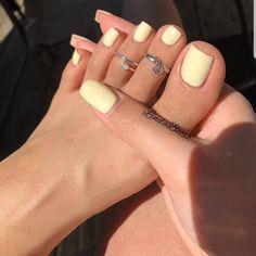 Gelbe Mani als Sommer Mood Booster - Nageldesign - Nail Art - Nagellack - Nail Polish - Nailart - Nails - Cute Acrylic Nails, Cute Nails, Acrylic Toes, Pastel Color Nails, Pretty Toe Nails, Pretty Toes, Acrylic Nails For Summer Bright, Nail Colors For Pale Skin, Holiday Acrylic Nails