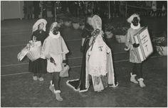 Witte Sint, zwarte piet en …. KLIK OP DE AFBEELDING VOOR HET VERHAAL! Fotograaf: Frans van Mierlo, Foto Visie, uit de collectie van het RHCe.