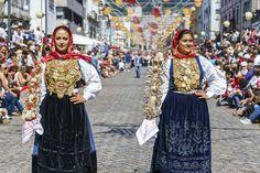 As mulheres envergam diversos cordões e fios em ouro sobre o traje minhoto