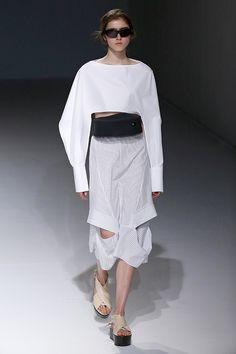 As camisas são remontadas em forma de calças, vestidos e casacos em padrão listrado de branco e azul