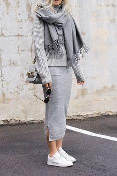 Look de moda: Jersey de Cuello Alto de Punto Gris, Falda Midi Gris, Tenis Blancos, Bolso Bandolera de Cuero Gris